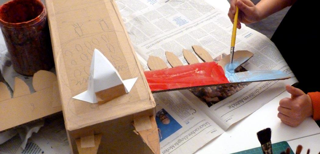 Toutes les techniques d'arts plastiques : collage, encre de Chine, gouache, aquarelle, collage, crayons de couleurs, pâte à modeler, feutres, plâtre, carton, etc.